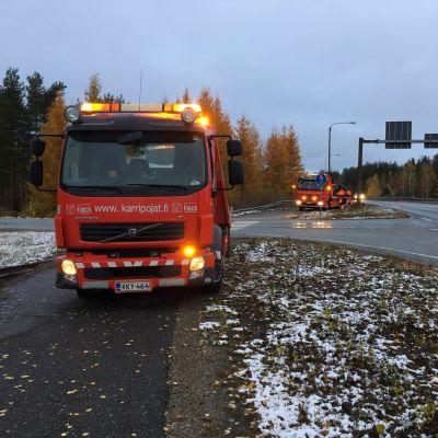 Kolariautot on nostettu hinausautojen kyytiin onnettomuuspaikalla.