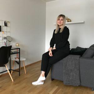 Jennifer i soffan i sitt hem.