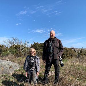 Sampo Laukkanen kiikarit kaulassa ja hänen poikansa Kuutti Lågskärissä