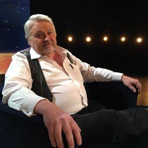 Entreprenören Sture Udd sitter i Daniel Olins tv-studio