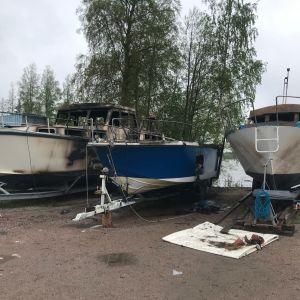 Hollolassa Messilän sataman telakalla kolme palanutta venettä.