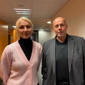 En man och en kvinna som står i en korridor.