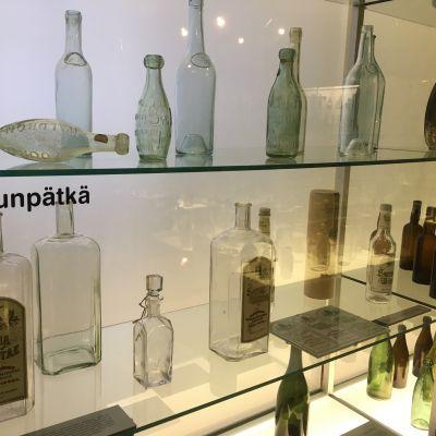 Suomalaisia viinapulloja pullomuseossa Sonkajärvellä