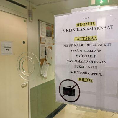 A-klinikan sisäänkäynti.