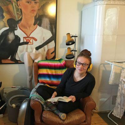Minttu Hämäläinen lukemassa kotonaan