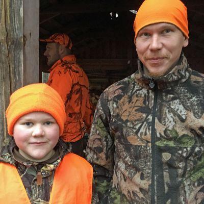 Verneri ja Timo Kallio metsästysasuissa