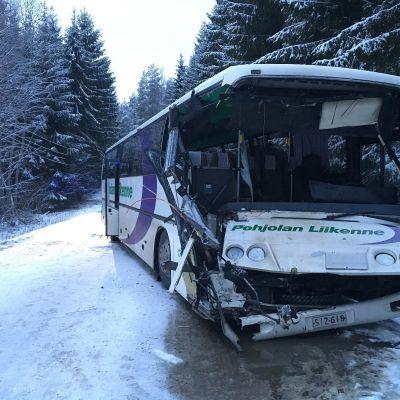 Koululaisia kuljettanut bussi törmäsi kuorma-auton perään Vähäteutarintiellä Inkoon ja Lohjan rajan tuntumassa.