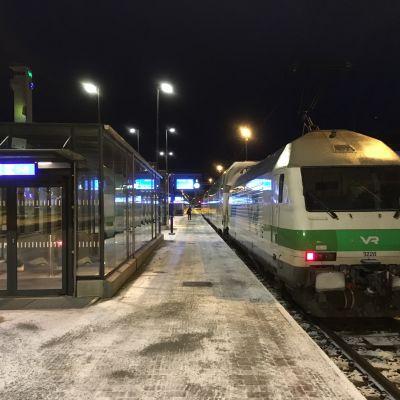 Porin juna lähdössä Tampereen asemalta aamupimeässä talvella.
