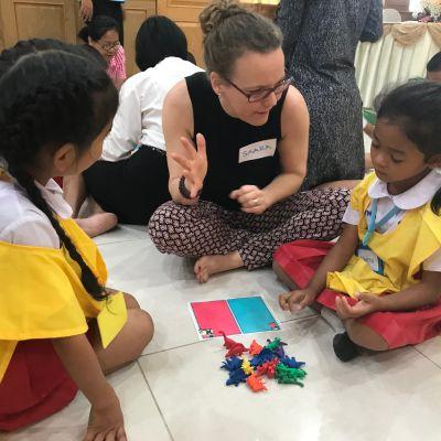 Vihtiläisopettaja Saara Marvala opastaa thaimaalaisia koululaisia.