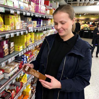 Johanna Niemelä etsii kaupan hyllystä gluteenittomia tuotteita.