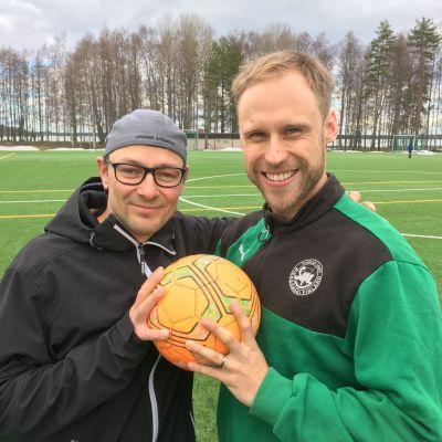 Joukkueenjohtaja Ville Leppänen ja kapteeni Teemu Laukkanen riemuitsevat ihmisten auttamishalusta.