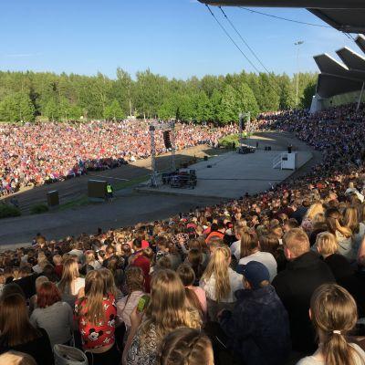 Tuhansia ihmisiä laulamassa Joensuun Laulurinteellä Suomen Suven avauksessa kesäkuussa 2018.