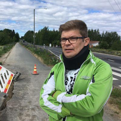 Risto Viitanen kevyenliikenteen väylällä Saarenmaantiellä onnettomuuspaikan tuntumassa.