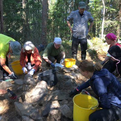 Arkeologiset yleisökaivaukset menossa Tuupovaaran Koverossa.