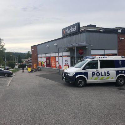 Poliisiauto kaupan pihassa.