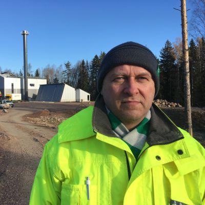 Haminan ympäristöpäällikkö Tapio Glumoff Haminan energian uuden lämpövoimalan työmaalla.