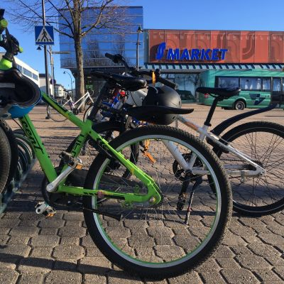Polkupyöriä parkissa Haminassa.