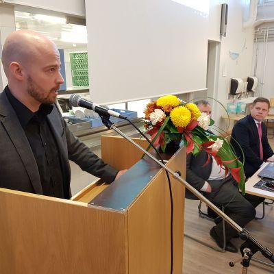 Mikko Kärnä puhuu.