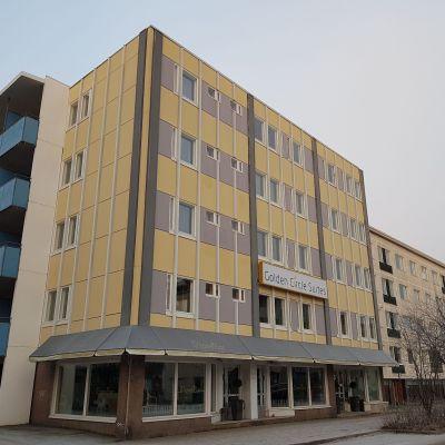 Asuinkerrostalosta hotelliksi (Golden Circle Suites) muutettu rakennus Rovaniemen Korkalonkadulla.