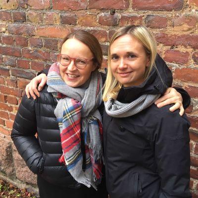 Mikaela Wiik och Pia Kaijärvi utanför Efter Nio studion