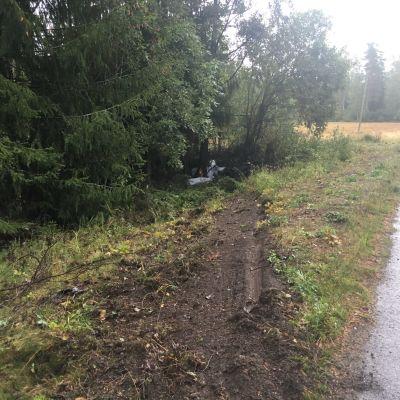 På bilden syns spår av när en bil kört av vägen och ner i ett dike