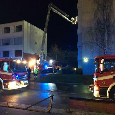 Pelastuslaitos sammuttamassa porraskäytävän tulipaloa Oulun Rajakylässä Ruiskukkatiellä.