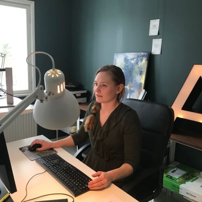 Stella Törnroth jobbar vid en dator