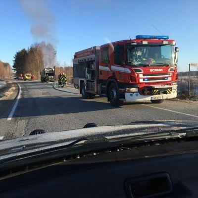 Pelastuslaitos sammutttaa jäteauton paloa Tutjuntiellä Liperissä.