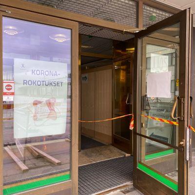 Rovaniemen kaupungintalon rokotuspisteen ovi.