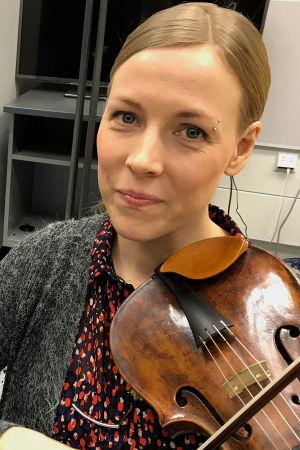 Toimittaja Riikka Holopainen ja viulisti Alina Järvelä.