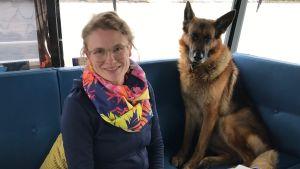 Hanna Haaksi sitter bredvid skeppshunden Igor