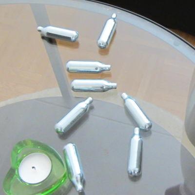 Lustgaspatroner på ett glasbord