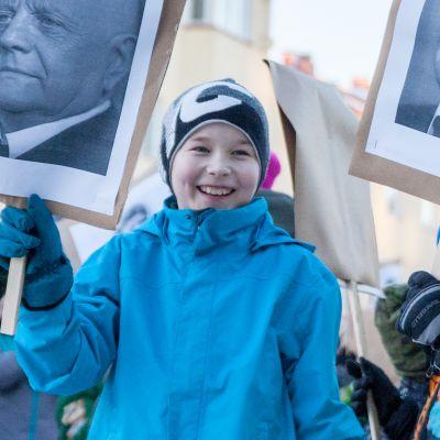 Kajaanin keskuskoulun Sibelius-flash mob Raatihuoneentorilla.