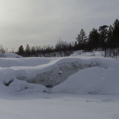 koskematon lumi, jäätynyt putous pienessä joessa