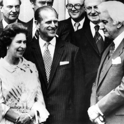 John Kerr tapaa kuningatar Elisabetin ja prinssi Philipin Australiassa vuonna 1977.