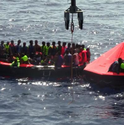 Migranter som räddats efter att en fiskebåt kapsejade utanför Libyens kust.