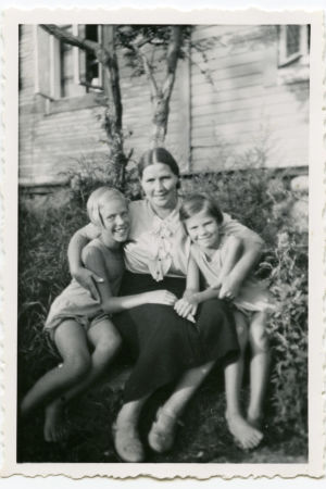 Tytöt äidin kainalossa.