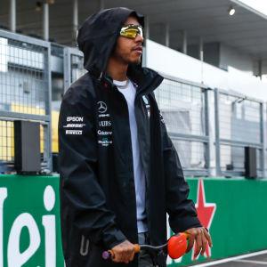 Lewis Hamilton står på en spakcykel