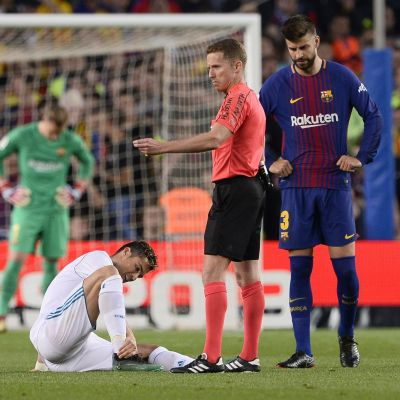 Cristiano Ronaldo håller för sin vrist.