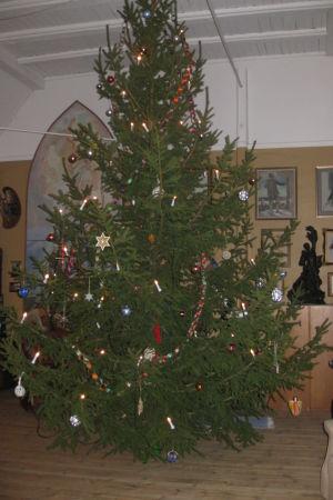 Suvirannan atelieri Eero ja Saimi Järnefeltin taiteilijakodissa Tuusulanjärven rannalla. Joulukuusi oli aina hiukan alle viisi metriä korkea ja koristeet käsin tehtyjä.