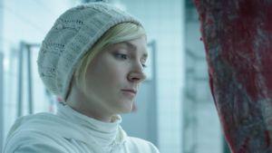 Mária (Alexandra Borbély) työssään teurastamon laadunvalvojana elokuvassa Kosketuksissa