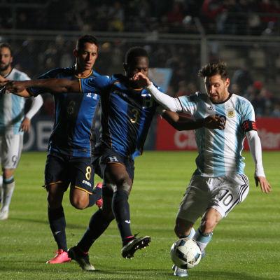 Lionel Messi med bollen i en vänskapsmatch mot Honduras