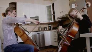 Klaus Mäkelä ja Senja Rummukainen soittavat sellojaan keittiössä.
