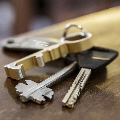 En nyckelknippa i ett hörn på ett bord.