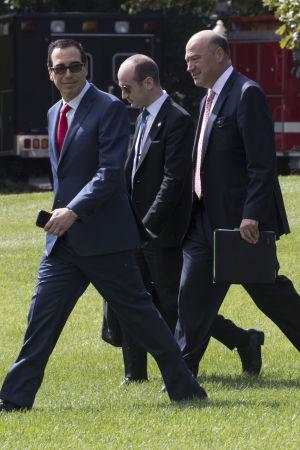 Trumps närmaste ekonomiska rådgivare Gary Cohn och Stephen Miller samt finansminister Steve Mnuchin (längst till vänster) har utarbetat Vita husets skatteplan