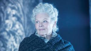 Judi Dench Shakespearen Talvisen tarinan viisaana Paulinana.