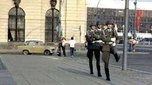Sotilaat partioivat Itä-Berliinissä (1984).