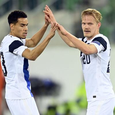 Pyry Soiri och Joel Pohjanpalo firar mål.