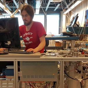 Jyri Mikkola arbetar i ett laboratorium i Helsingfors universitet.