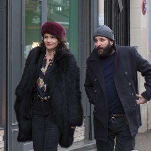 Juliette Binoche och Vincent Macaine promenerar i ett kyligt Paris.